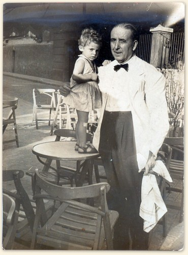 María Iborra y el camarero (c.1958)
